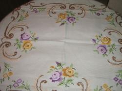 Csodaszép vintage rózsás kézzel hímzett keresztszemes terítő