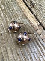 Kézműves aranyozott ezüst gömb fülbevaló lápisz lazuli kövekkel
