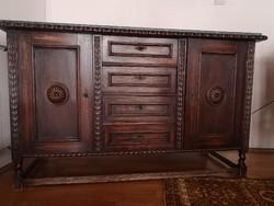 XX. század közepén készült 2 ajtós 4 fiókos réz veretekkel komód.