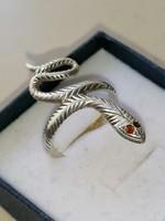 Ezüst különleges fazonú kígyó gyűrű gránát szemekkel 925