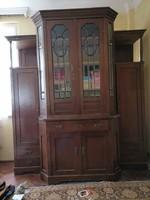 XX. sz. eleji nagyméretű tálalószekrény, originált réz veretekkel, csiszolt üvegbetéttel