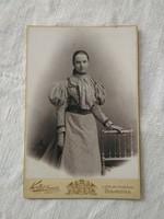 Antik magyar kabinetfotó/keményhátú műtermi fotó, Koller Károly, fiatal lány csíkos ruhában 1896
