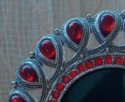 Kerek,ezüst színű,fém ,asztali  képkeret piros csepp alakú üveg gyöngyökkel kirakva , 10 cm átmérőjű