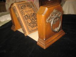 Könyv támasz , fából , rajta szép bronz veret  14 x 15 cm