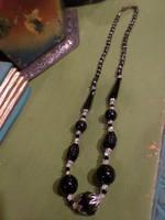 53 cm-es , art deco hangulatú , fekete / talán / onix és színtelen üveggyöngyökből álló nyaklánc .