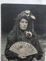 Antik spanyol fotólap/képeslap, hölgy tradicionális ruhában legyezővel, fekete csipke