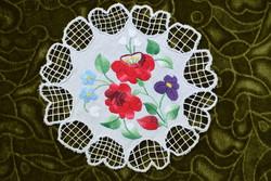 Hímzett riselt kalocsai mintás dísz terítő , asztalközép lakástextil , dekoráció 18 x 17,5 cm