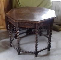 Nagyméretű reneszánsz vagy neoreneszánsz stílusú csavart oszlopos faragott szalon dohányzó asztal
