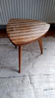 Retro, három lábú kis asztal, világos és sötét színű csíkos fa asztallappal ,posztamens, virágtartó