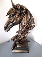 Hatalmas lófej szobor