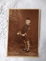 Antik magyar szépia műtermi fotólap, 4 éves kisfiú biciklivel/kerékpárral 1932