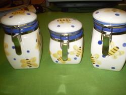 Méhecskés csatos porcelán fűszertartó szett 3 darabos 2 nagy, 1 kisebb. Új.