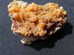 Természetes Mimetit kristályhalmaz, apró Cerusszit szemcsékkel. Gyűjteményi darab. 9 gramm.