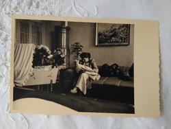 Antik fotólap, szobabelső, bölcső, anya gyermekével 1910-1930 körüli