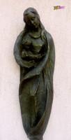 Falra akasztható, bronz bevonatos, antikolt felületű Madonna a gyermekével. Rusztikus szobor.