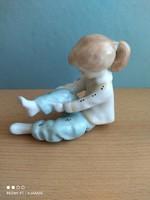 Aquincumi porcelán nadrágot húzó lány egyedi festéssel