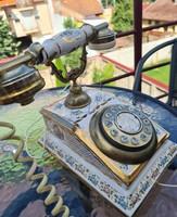 Porcelán és réz régi telefon