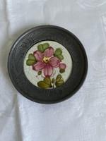 Valódi kézzel festett kerámia betétes  ón kistányér falra akasztható.