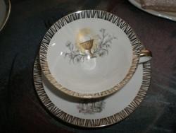 Áldozási motívumot ábrázoló porcelán csész tállal.