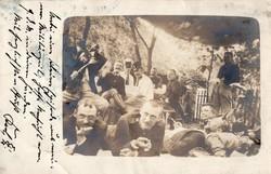 Vidám korai katona csoportkép, vicces kép, iszogatás, pihenés