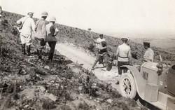 Katonák, orosz katonák, angol vagy német katonák parafa sisak, autó, ritka kép! 13,5x8,5 cm