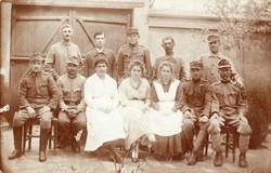Katonák csoportkép, géppuskás paroli, sapka jelvény