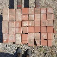 Piros Zsolnay kerámia lapok vegyes minőségben