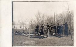 Katona csoportkép, házibarkács ágyúval, beállított kép, fényképész Dubica (Horvátország)