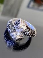 Lenyűgöző ezüst gyűrű fekete és fehér cirkónia kövekkel