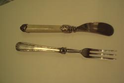 Barokkos kivitelű vajkenő kés,természetes anyagú nyéllel és szervírozó ezüstözött nyelű kis villa.