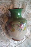 Szépséges kis századfordulós váza,színátmenettel virágcsokorral díszítve.