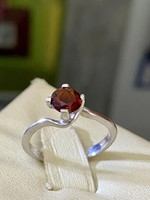 Gyönyörűséges ezüst gyűrű, gránát kővel ékesítve