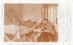 Katona portré fotó, belső körlet kép, ágy