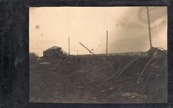 Szétlőtt vasúti kocsi, sötét kép (nem olyan világos mint a képen)