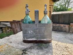 Szódásüvegek eredeti tartójukban