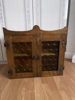 Nagyon jól használható fa kis szekrény vitrin.