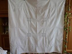 Halvány krém alapra, fehérrel hímzett, toledós pamut terítő.