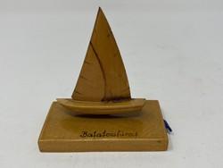 Retro Balatonfüredi emlék, faragott vitorlás, hajó mini fényképekkel