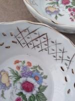 Kettő darab, szakított csipkemintás porcelán tányérka