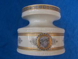 Alacsony váza (7,5 cm magas) klasszikus dekorral. Jelzett, hiibátlan