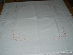 Gyönyörű madeira csipkés szélű terítő asztalközép