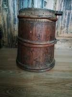 Fa lisztes bödön régi konyhai tároló,