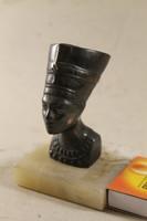 Fém Nofertiti szobor márványtalpon 344