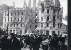 1956 fénykép modern előhívás/nagyítás 22x15 cm romok, sérült házak, emberek