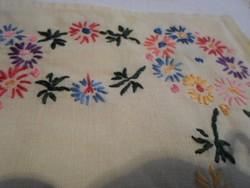 Kedves kis hímzett vászon zsebkendő