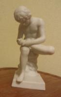 Hertwig - Katzhutte tüskehúzó fiú szobor