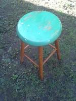 Zöld tetejű, fa ülőke, szék.