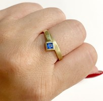 Pretty 14k gold ring with blue stone - 2.98g