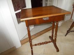 Szecessziós varró asztalka