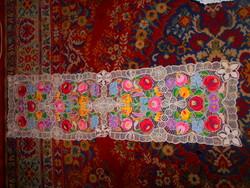 Kalocsai hímzett  riselt terítő  130 cm X 39 cm